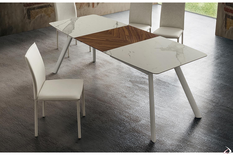 Tavolo allungabile in gres porcellanato bianco statuario con allunga in legno noce