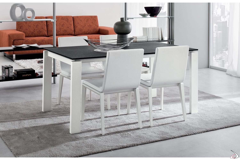 Tavolo da pranzo moderno allungabile con gambe bianche e piano in porfido nero