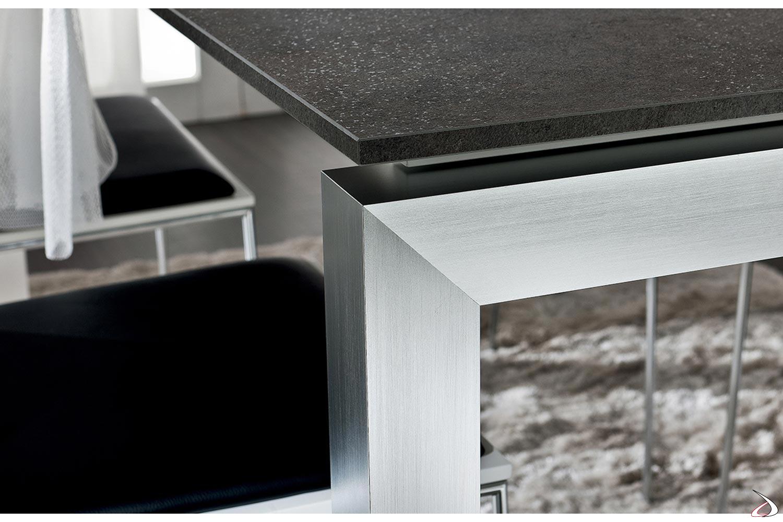 Tavolo moderno allungabile in HPL porfido nero con gambe in alluminio