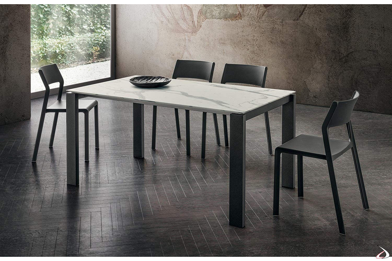Tavolo design allungabile in gres porcellanato bianco statuario con gambe antracite