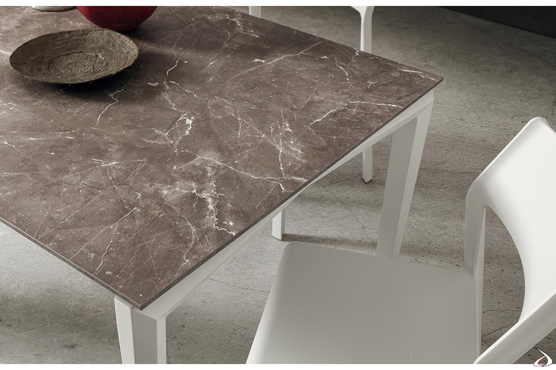 Tavolo elegante da soggiorno con piano in laminam e gambe bianche