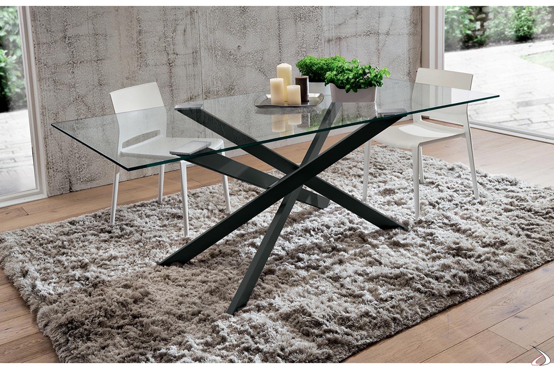 Tavolo in verto trasparente di design con gambe intrecciate nere
