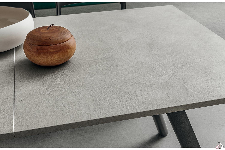 Tavolo in HPL effetto cemento allungabile da soggiorno con gambe antracite
