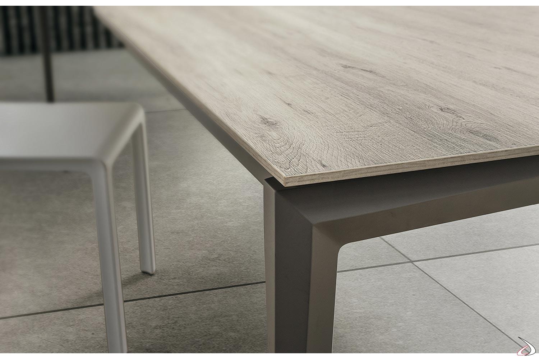 Tavolo moderno per 12 persone con piano in HPL e gambe in faggio verniciato castoro