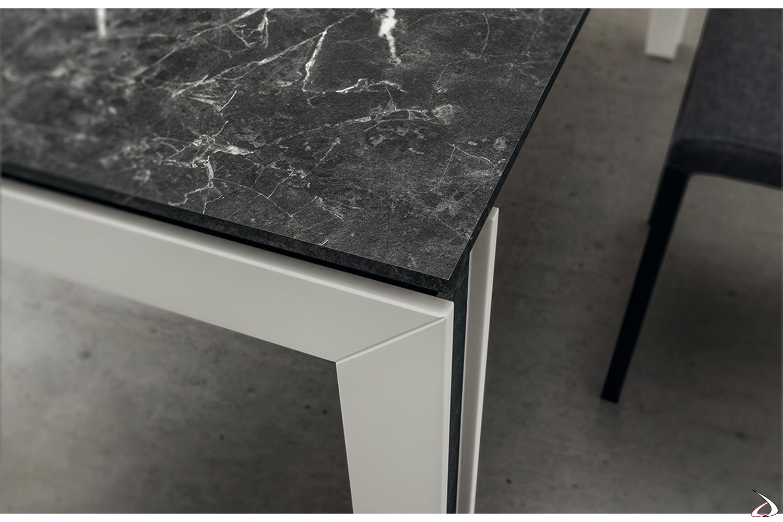 Tavolo moderno in HPL allungabile con gambe in legno bianche con inserto in HPL