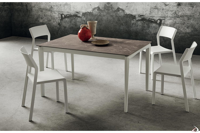 Tavolo piccolo da cucina con piano in gres porcellanato e gambe in legno di faggio