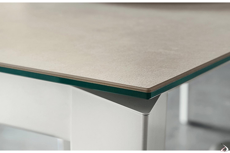 Tavolo di design con gambe in metallo bianco e piano in laminam con supporto in vetro