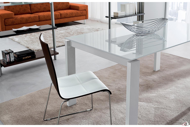 Tavolo design allungabile in vetro bianco lucido con gambe in metallo