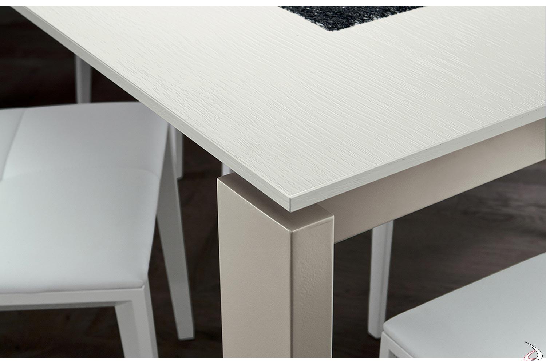 Tavolo da cucina fisso con piano in HPL e gambe in metallo castoro