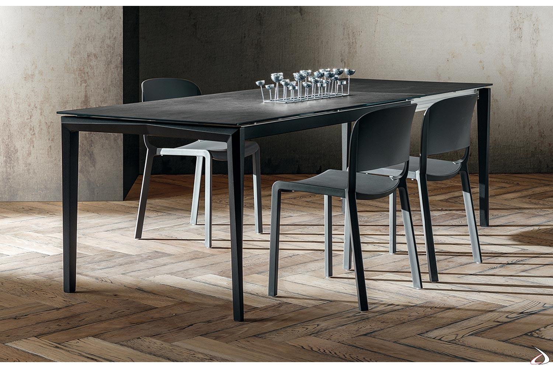 Tavolo design allungabile da soggiorno in laminam nero con gambe in faggio