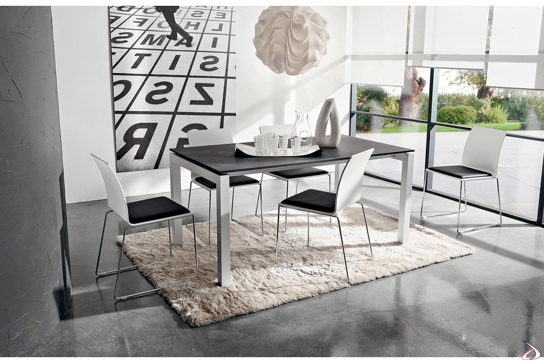 Tavolo moderno allungabile HPL porfido nero con gambe in alluminio