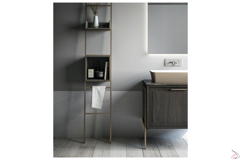 Bagno classico moderno piccolo con scaletta metallica porta asciugamani