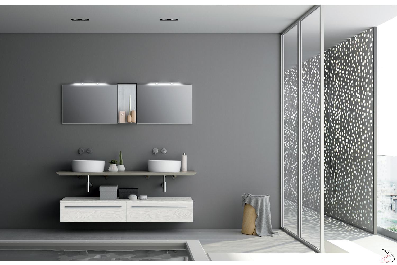 Bagno con doppi elementi corredato di specchiera