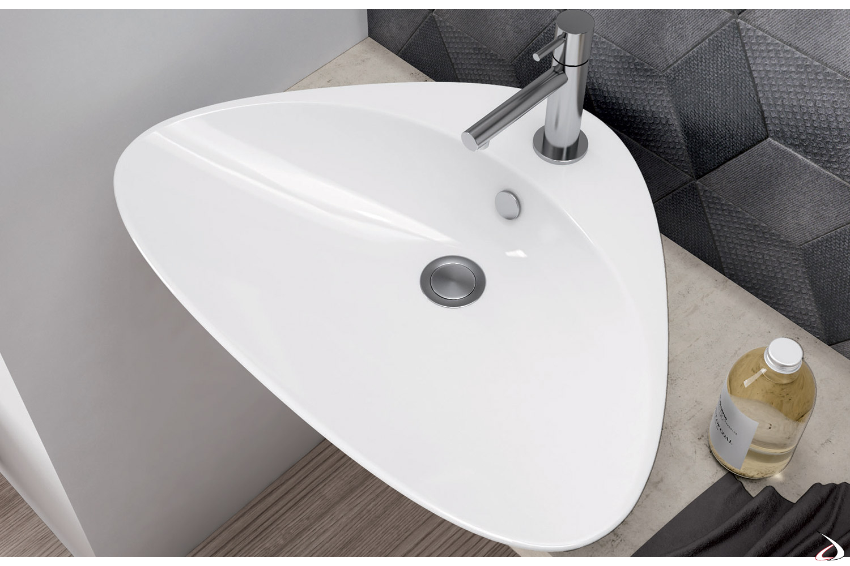 Lavabo in ceramica dalla forma sagomata e spaziosa