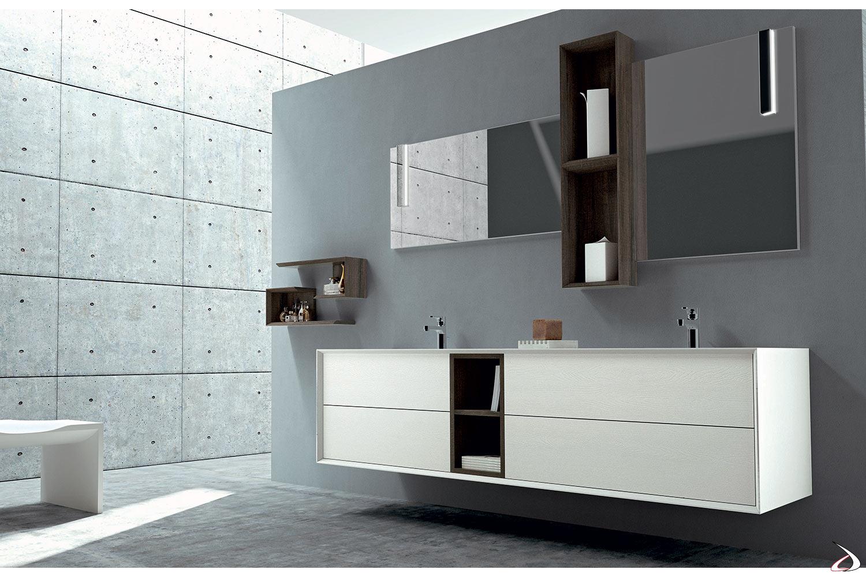Bagno di design con ampi cassettoni, elementi a giorno e mensole