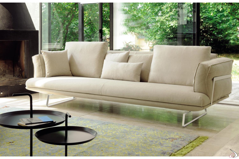 Divano design da salotto con cuscini in piuma
