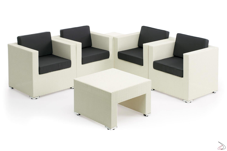 Salotto con poltrone complete di cuscini e tavolini
