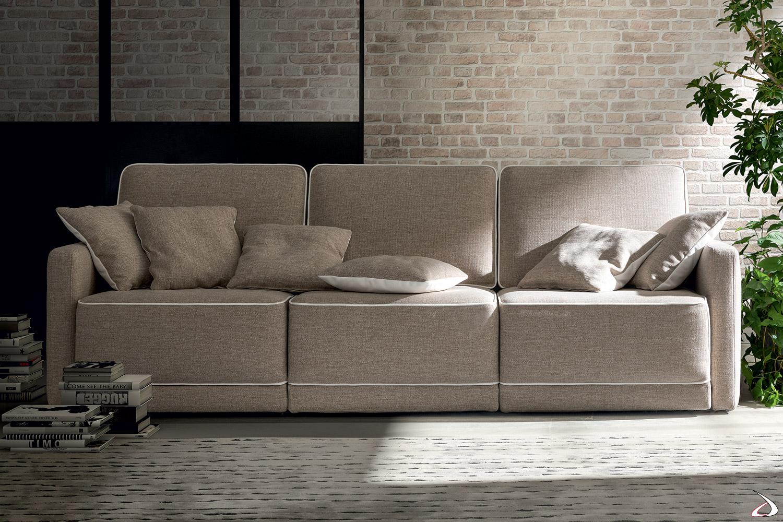 Divano moderno 3 posti con braccioli stretti e sedute scorrevoli