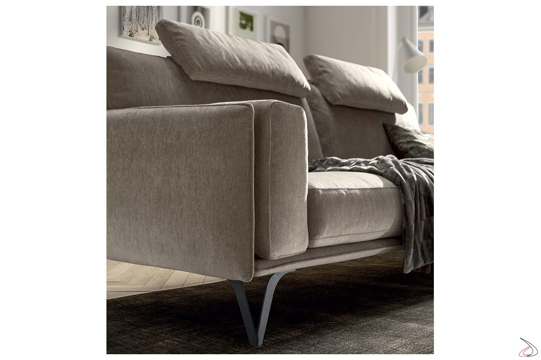 Divano design con piedini alti in metallo con cuscini braccioli e cuscini poggiatesta