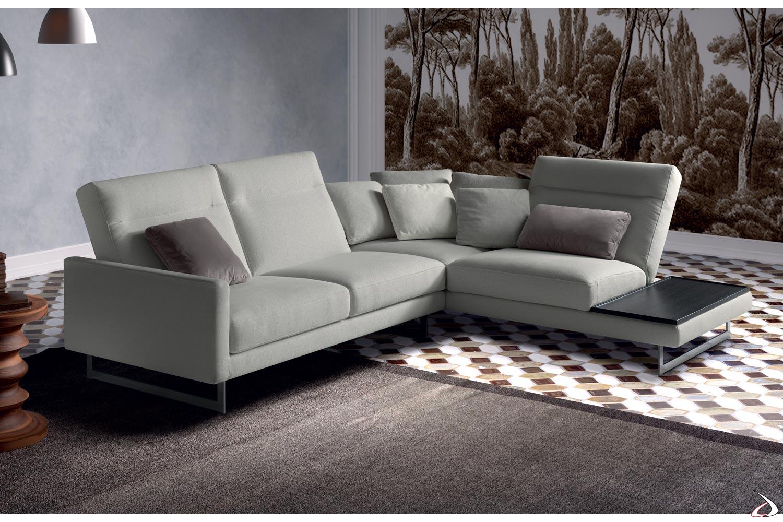 Divano moderno angolare con schienali reclinabili e vassoio