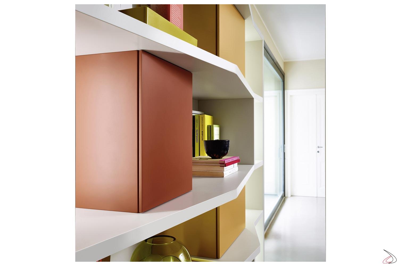 Contenitori colorati per libreria soggiorno