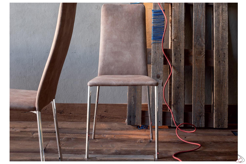 Sedia moderna da cucina con gambe in metallo e seduta imbottita
