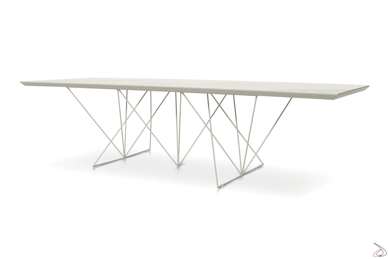 Tavolo soggiorno allungabile in ceramica bianca con struttura in tondino