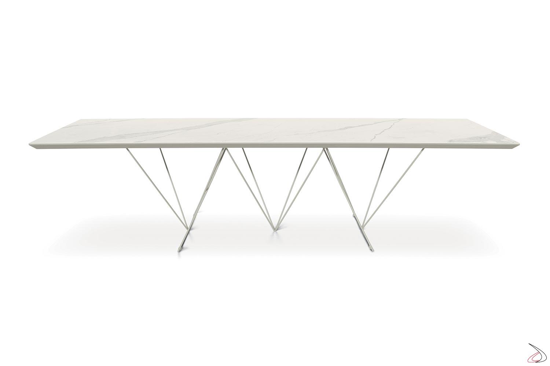 Tavolo chic di design con piano in ceramica bianca e struttura in madreperla