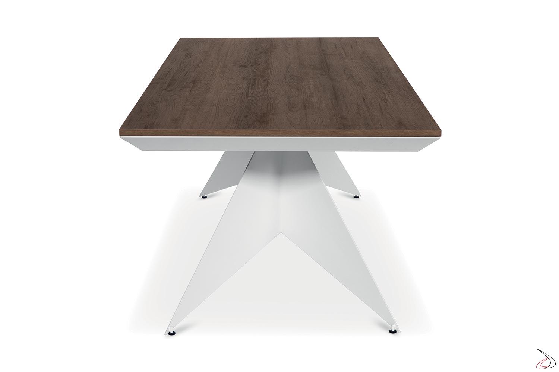 Tavolo moderno con struttura in metallo bianca e piano in nobilitato abete