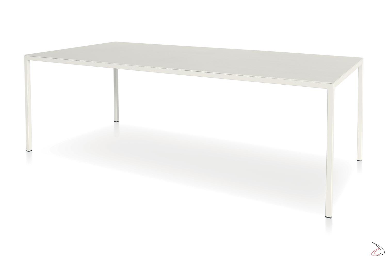 Tavolo bianco moderno grande con gambe sottili in metallo perimetrali
