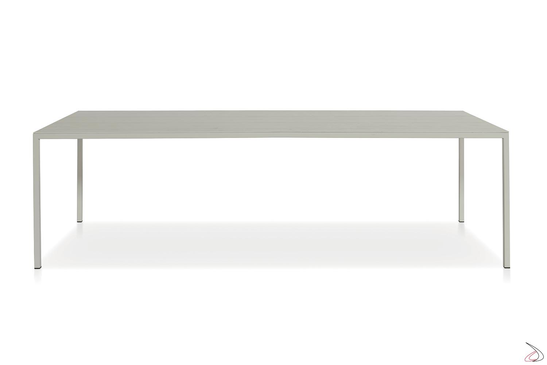 Tavolo grande fisso con piano in similcemento e gambe perimetrali in metallo