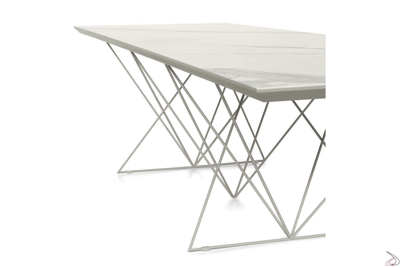 Tavolo allungabile con piano in ceramica e gambe in tondino metallico