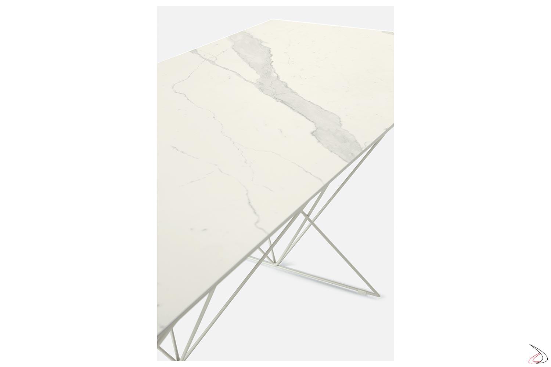 Tavolo chic con piano in ceramica statuario bianco e struttura in madreperla