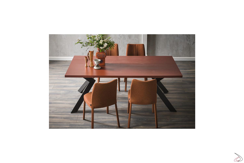 Tavolo moderno con gambe in metallo e piano in legno