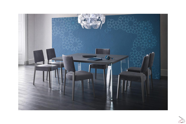 Tavolo moderno quadrato con gambe in cristallo