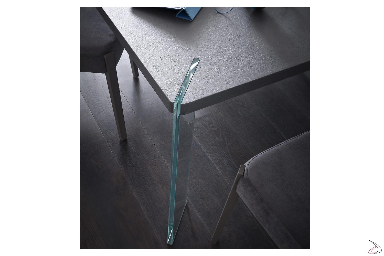 Gamba in vetro inserita nel piano