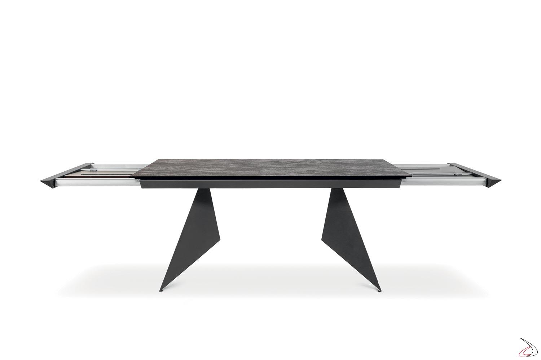 Tavolo di design con due allunghe e piano in ceramica e struttura in metallo