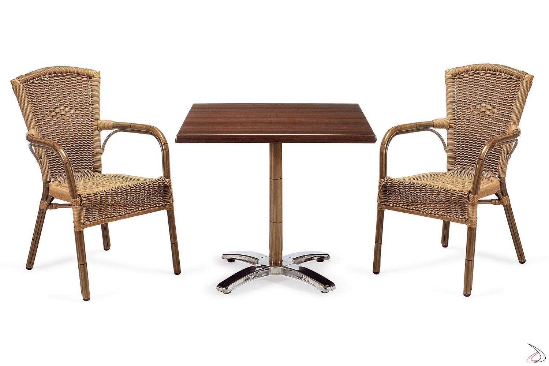 Arredamento da veranda con tavolo e sedie in colore avana