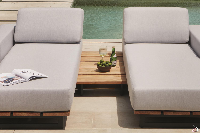 Tavolino basso di design in legno teak lato chaise longue