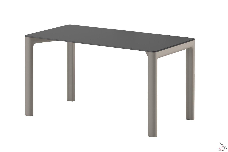 Tavolo Chloè con gambe in finitura sabbia. Misura 140 x 80 h 75 cm.