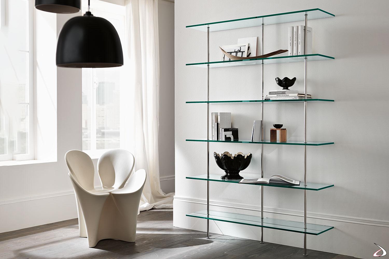Libreria moderna dal design minimalista, con ripiani in vetro e supporti in metallo.