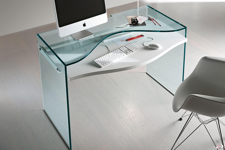Scrivania moderna adatta per home-office, la struttura in vetro è caratterizzata da un top e un ripiano estraibile dalla forma sagomata.