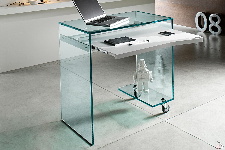 Scrivania moderna realizzata interamente in vetro. Si caratterizza per il ripiano estraibile sagomato in laccato bianco opaco.