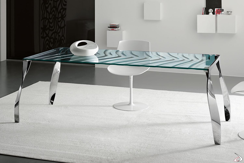Tavolo elegante dal particolare design ricercato. Il top in vetro è caratterizzato dalla superficie inferiore ondulata che crea un effetto tridimensionale. Le gambe in metallo aggiungono particolare in più grazie alla loro forma.