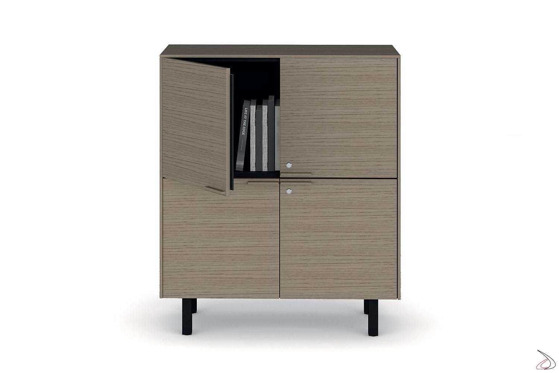 Credenza ufficio moderna contenitore con 4 ante in legno e piedini alti