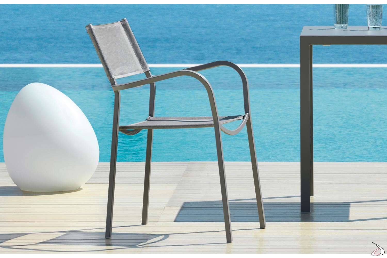 Sedia moderna con braccioli in metallo e texplast