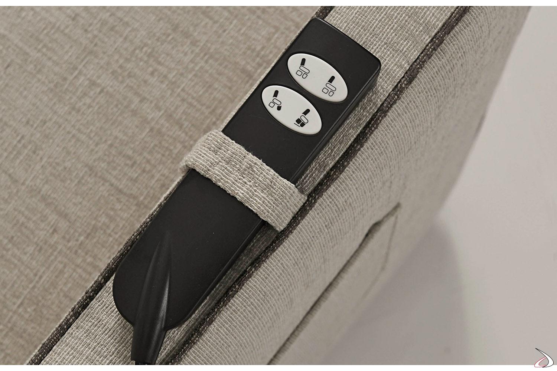 Vista dettagliata asola portatelecomando su bracciolo poltrona
